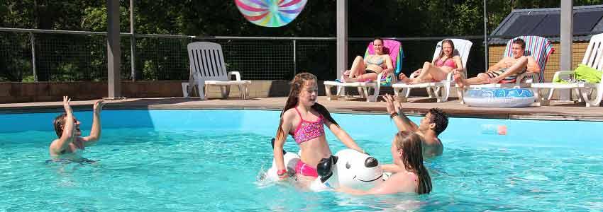 Bij het zwembad op camping Polleur vindt u ligbedden om heerlijk te ontspannen tijdens uw vakantie
