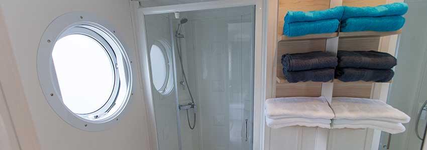 Badkamer met ruime douche en wastafel in chalet-6